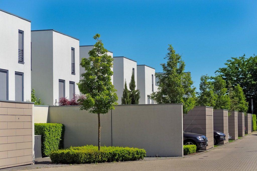 Aménager un parking devant une maison : règles et conseils